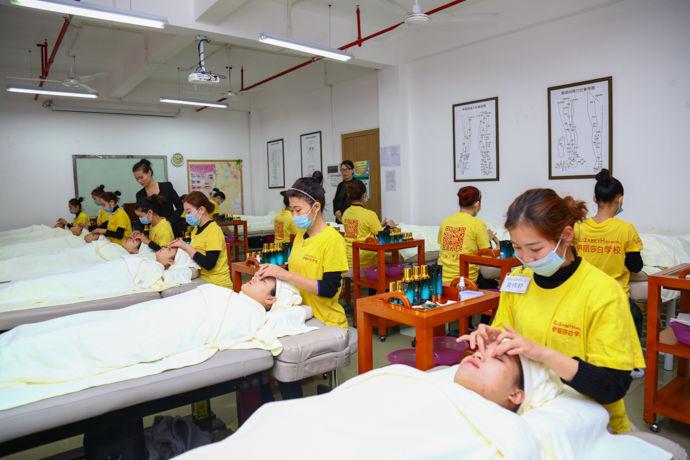 2021年美容师就业前景,学美容有前途吗?